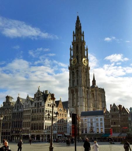 """""""Vår kjære frue"""" katedralen på rådhusplassen i Antwerpen"""
