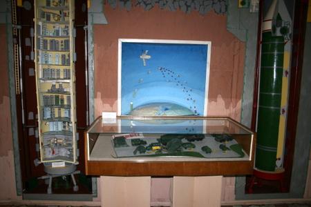 Utstilling på museet. Modell av kontrollenheten til venstre
