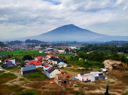 Utsikt med vulkan i bakgrunnen