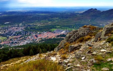 Utsikt over San Lorenzo de El Escorial fra toppen av fjellet.