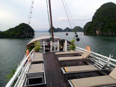 Øverste dekk på cruiseskip i Halong Bay