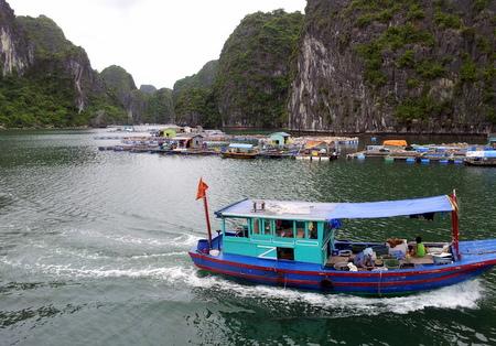 Fiskerlandsby i Halong Bay