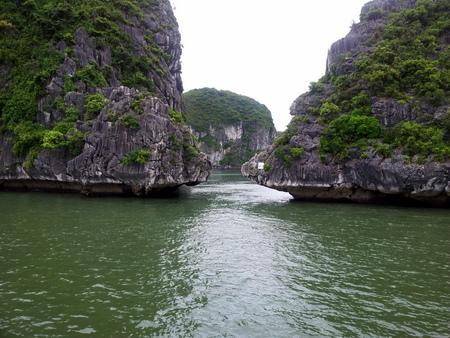 Smalt mellom klippene i Halong Bay