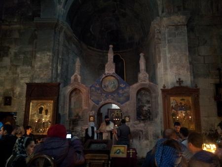 Inne i kirken