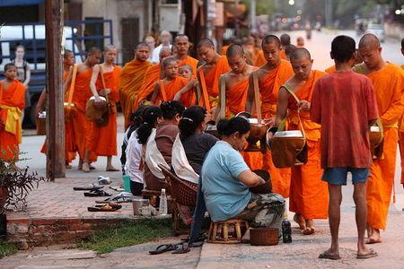 Presesjon av munker i Luang Prabang