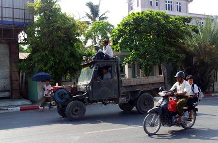 Folk på taket av bil