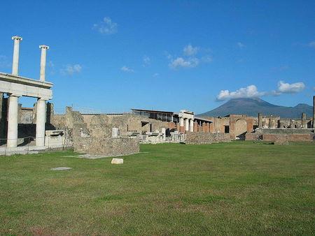 Sentrum av Pompeii med Vesuv i bakgrunnen (Foto av Gaiusiulianus / Wikimedia Commons)
