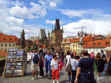 Karlsbroen med turister
