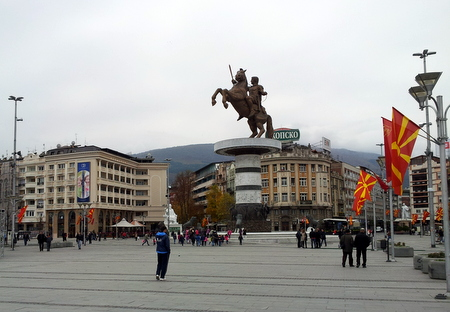 Macedonia Square med statue av Aleksander den Store til hest