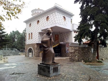 Statue av Mor Teresa utenfor minnesenteret