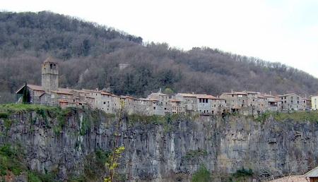 Castelfollit de la Roca på kanten av en bratt klippe