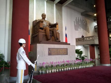 Soldat står vakt inne i minnehallen for Sun Yat-sen