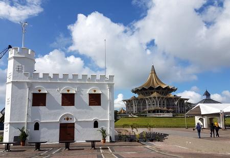 Gammelt tårn og delstatsforsamlingen i Sarawak
